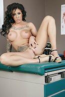 Красивая брюнетка кончает от секса с доктором в больнице #5