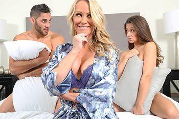 Порно втроем с двумя сексуальными красотками