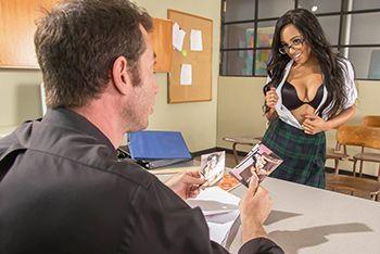 Секс грудастой молоденькой студентки с учителем на столе