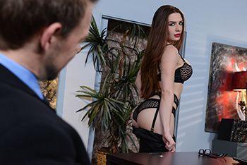 Смотреть красивый секс с горячей секретаршей в сексуальном белье