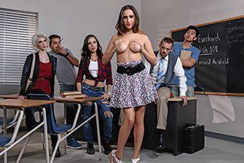Юная студентка трахнулась с преподом в классе