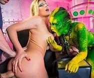 Длинный хуй укрощает блонду и зеленого эльфа - 3