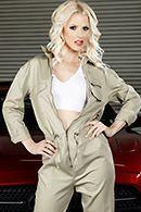 Смотреть горячий секс механика с худенькой блондинкой в гараже #1