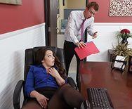 Анальный секс брюнетки с огромной задницей в офисе - 1