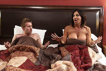 Утренний секс с грудастой зрелой латинкой