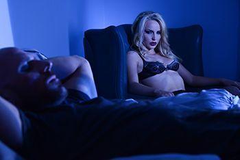 Порно со страстной блондинкой в чулках