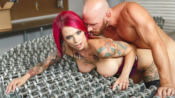 Жаркое порно на столе с татуированной девкой в чулках