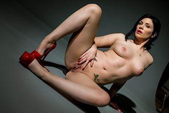 Сексуальные брюнетки дрочат пилотки игрушками