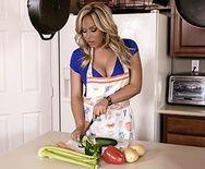 Порно со взрослой мамочкой на кухонном столе - 1