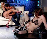 Групповое порно с танцовщицами в стрипклубе - 1
