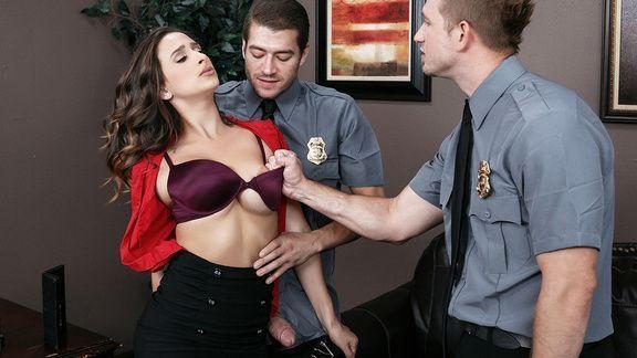 Порно с красоткой сосущей два члена