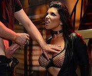 Жгучие брюнетки эротично ласкаются в латексных костюмах - 2