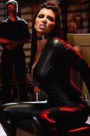 Жгучие брюнетки эротично ласкаются в латексных костюмах #2