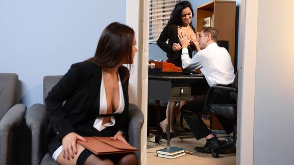 Жаркий секс втроем с брюнетками в офисе