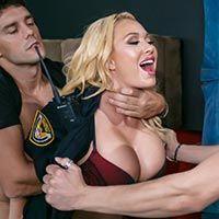 Групповой секс с милой охранницей