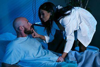 Страстный секс сисястой медсестры с пациентом в палате