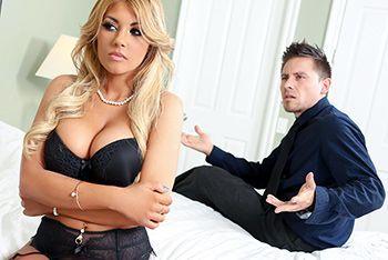 Секс пышногрудой блондинки в чулках с любовником