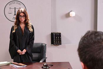 Горячее порно с судьей на столе