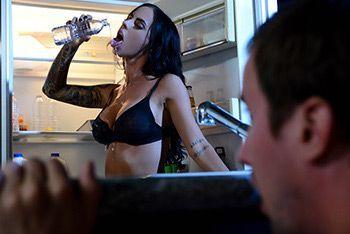 Ночной секс с татуированной стройной брюнеткой на кухне