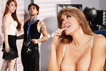 Жаркий секс зрелых дам втроем на столе