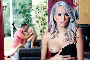 Секс втроем с молоденькими красивыми блондинками