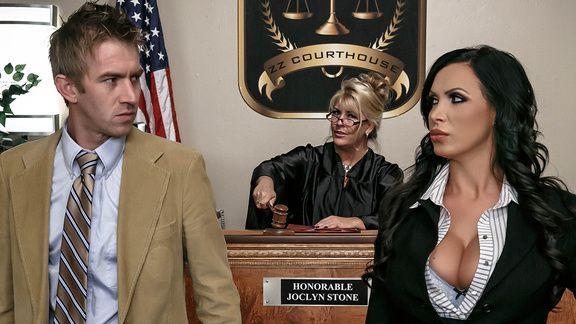 Горячее порно с сексуальной брюнеткой прокурором в суде