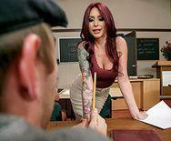 Горячий секс студента с училкой на столе - 1