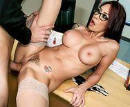 Горячий секс студента с училкой на столе - 4