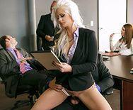 Блаженная сука долбится в офисе - 1