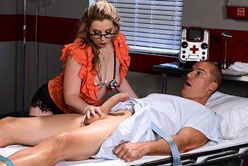 Секс пышной медсестры в униформе с пациентом