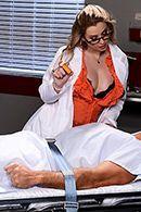 Секс пышной медсестры в униформе с пациентом #2