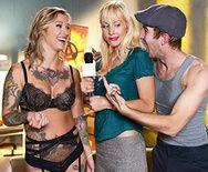Секс татуированной блондинки в чулках перед камерой - 1