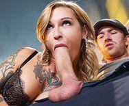 Секс татуированной блондинки в чулках перед камерой - 2