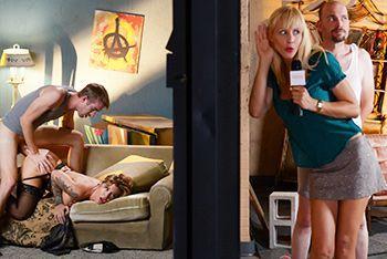 Секс татуированной блондинки в чулках перед камерой