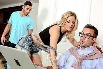 Смотреть секс модельера с худенькой блондинкой моделью