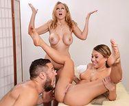 Сексуальные блондиночки с большими попками трахаются в пизду на массаже - 1