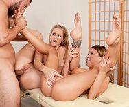 Секс втроем с красивыми блондинками после массажа - 4