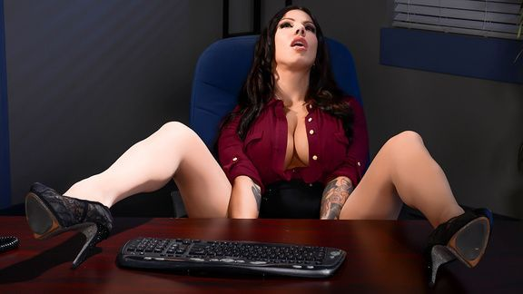Порно с ненасытной брюнеткой в офисе