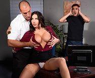 Порно с ненасытной брюнеткой в офисе - 1