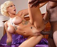 Блондинка кончает после межрасового секса с негром - 3