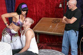 Порно лысого с сексуальной брюнеткой ведьмой