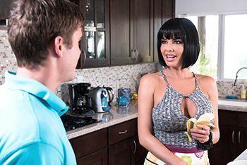 Секс зрелой мамочки на кухне