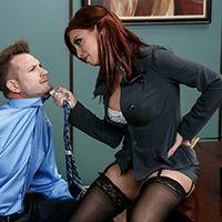 Анальный секс начальницы в кабинете на столе