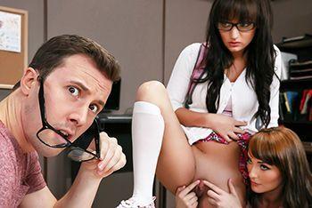 Секс втроем с двумя сексуальными студентками