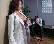 Большой член пациента удовлетворил красивую медсестру - 1