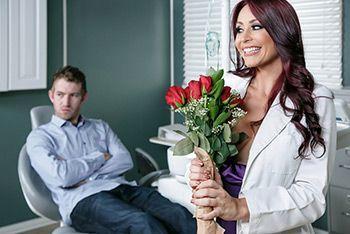 Большой член пациента удовлетворил красивую медсестру