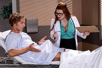 Рыжая медсестра кончает после секса с пациентом