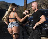 Жаркое порно с сексуальной блондинкой на капоте авто - 1
