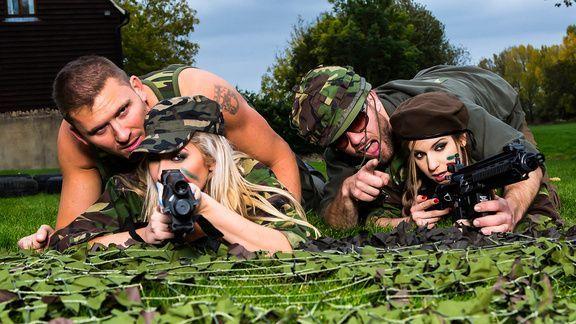 Анальный секс втроем с блондинками в армейской униформе