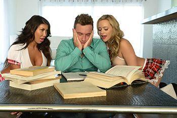 Групповое порно с двумя сочными студентками